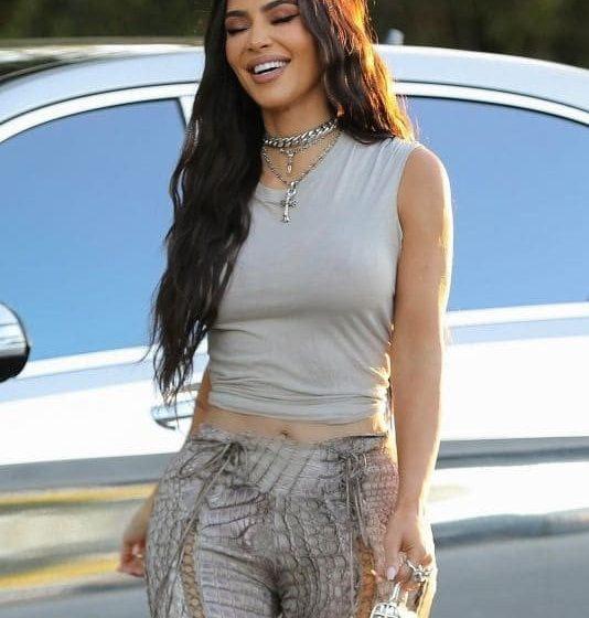Kim Kardashian muestra la mini colección de autos de lujo de sus hijos