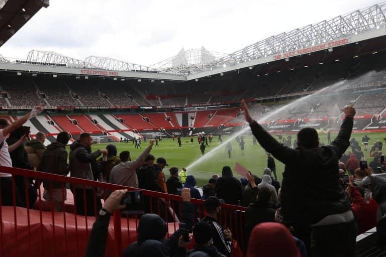 Manchester United suspenden partido por protesta de aficionados