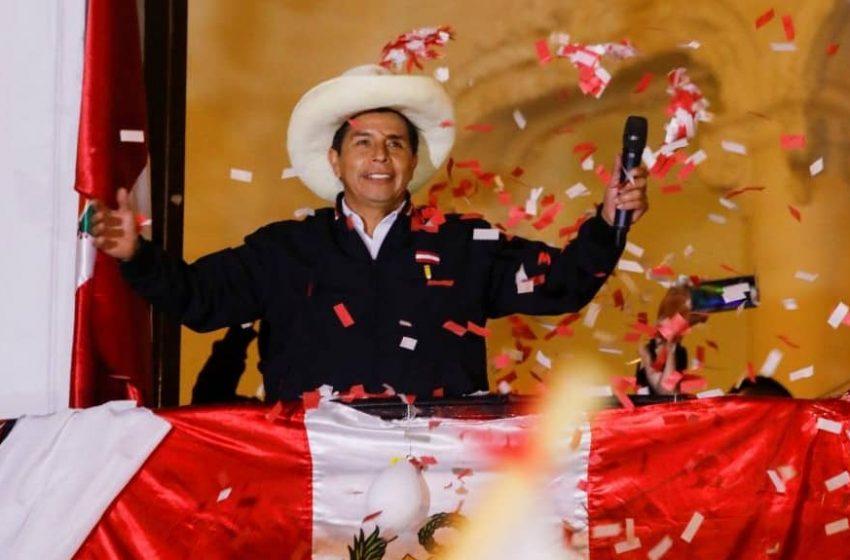 Pedro Castillo gana elecciones en Perú con el 100% de las actas procesadas