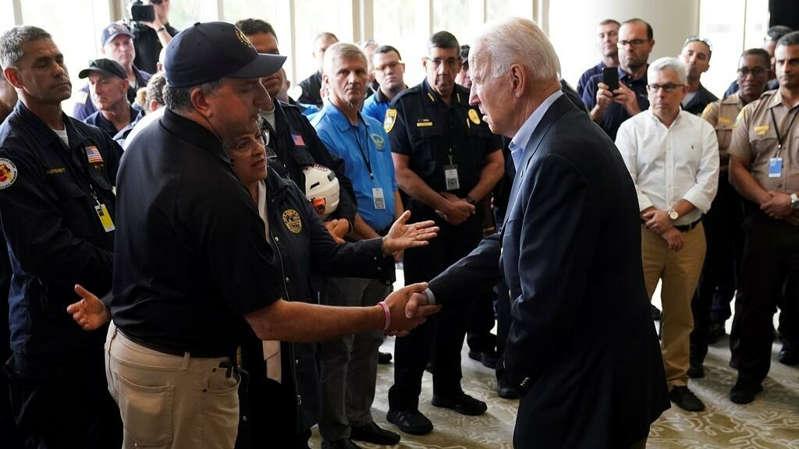 Joe Biden visita la zona de la tragedia en Miami