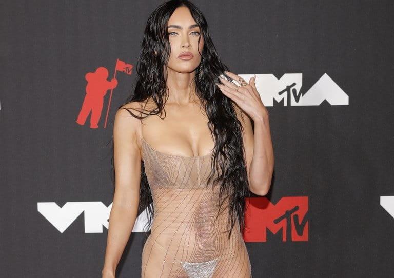Megan Fox causa furor con su vestido transparente en los premios MTV